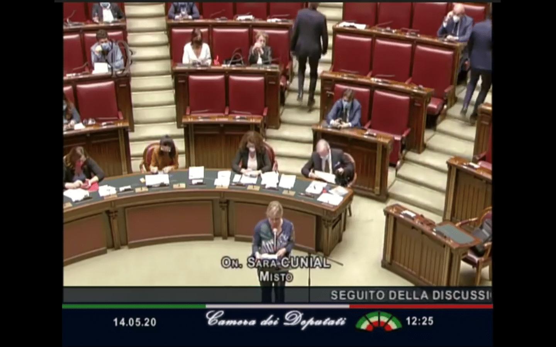Proslov italské poslankyně o Billu Gatesovi, korupci a očkování